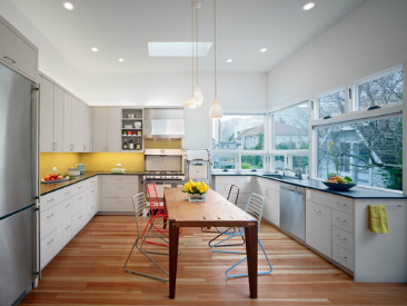 Here are some handy eco-friendly tips to help your kitchen get the best lighting. Source: Houzz